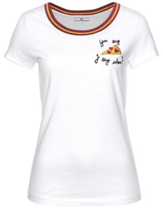 AJC T-Shirt mit angesagter Brustapplikation & gestreiftem Rippkragen