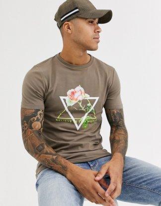ASOS DESIGN - Eng geschnittenes T-Shirt mit Rosenmotiv und neonfarbenem Textdruck-Braun