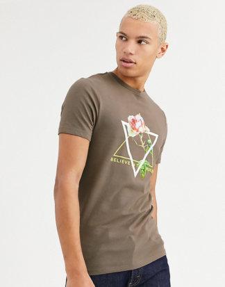 ASOS DESIGN Tall - Eng geschnittenes T-Shirt mit Rosenprint und Neon-Text-Braun