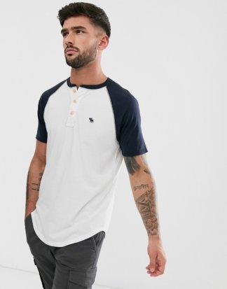 Abercrombie & Fitch - Henley-Baseball-T-Shirt mit Logo in Weiß/Marine