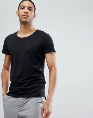 Jack & Jones - Essentials - Lang geschnittenes T-Shirt mit U-Ausschnitt in Schwarz