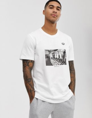 adidas Orginals - T-Shirt mit Foto-Print in Weiß